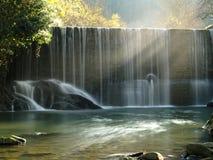 Szenischer Wasserfallstrom im seidigen Effekt. Stockfotografie