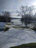 Szenischer Winter-Schnee-Dorf-Fluss Stockbild