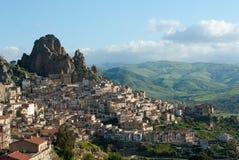 Szenisches Dorf auf der Seite eines Felsens Stockbild