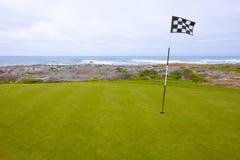 Szenisches Golf-Grün mit Ozean-Ansichten stockbilder