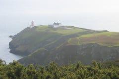 Szenisches grünes Kap mit Leuchtturm lizenzfreie stockfotografie