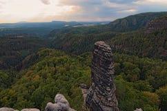 Szenisches Panorama mit typischen felsigen Spitzen unter Gewittern bewölkt sich Böhmischer Nationalpark der Schweiz Tschechische  lizenzfreies stockfoto