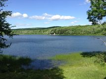 Szenisches See-Panorama an einem ruhigen Sommer-Tag in Maine USA lizenzfreie stockbilder