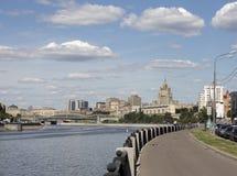 Szenisches Stadtbild Savvinskaya-Damm in Moskau lizenzfreie stockfotos