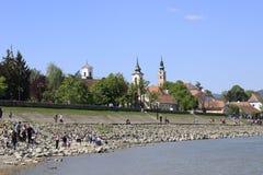 Szentendre wioski linia horyzontu widzie? z naprzeciw rzeki zdjęcia stock