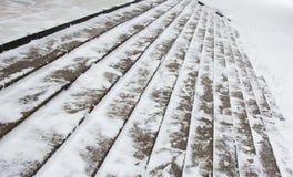 Szerocy śliscy kamienni schodki w śniegu obrazy stock
