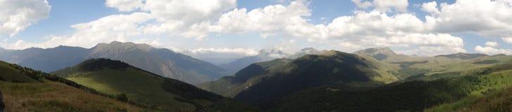 Szerocy skyes nad góry Fotografia Stock