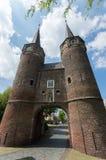 Szeroka kąt fotografia przeciw niebieskiemu niebu Oostpoort Delft Zdjęcie Stock