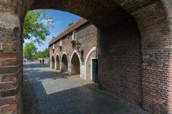 Szeroka kąt fotografia przeciw niebieskiemu niebu Oostpoort Delft Zdjęcie Royalty Free