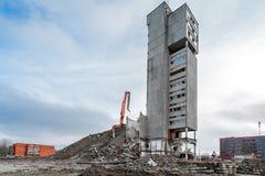 Szeroka kąt panorama budynek rozbiórka z hydraulicznym ekskawatorem Zdjęcie Royalty Free