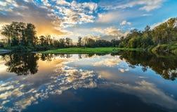 Szeroka kąt rzeka Chmurnieje odbicie Obraz Royalty Free