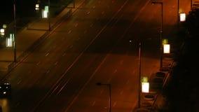 Szeroka miasto ulica przy nocą z samochodami przechodzi, wibrującego życia duży miasto, upływ zbiory