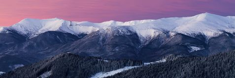 Szeroka panorama śnieżna halna grań przy świtem fotografia royalty free