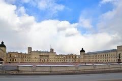 Szeroka panorama pod chmurami Uroczysty pałac w Gatchina Fotografia Stock