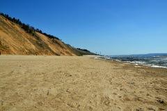 Szeroka, piaskowata linia brzegowa w okresie aktywny rozładowanie, fotografia royalty free