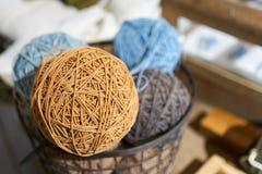 Szeroka rozmaitość barwione nici umieszcza w wiadrze Obrazy Stock