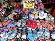 Szeroka rozmaitość barwioni gumowi kapcie sprzedawał przy niedrogą ceną przy sklepem w Antipolo mieście, Filipiny Fotografia Stock