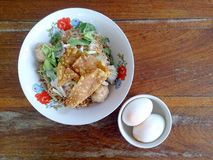 Szeroka ryżowego kluski polewka z warzywami i mięsem, jajko Zdjęcie Stock