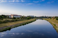 Szeroka rzeka, płynie przez miasta z mnogimi budynkami mnie zdjęcia royalty free