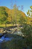 Szeroka rzeka przy komin skały drogą NC zdjęcia royalty free