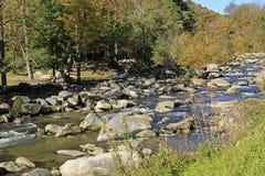 Szeroka rzeka przy komin skały drogą NC obrazy royalty free