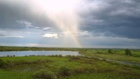 Szeroka spokojna rzeka odbija colourful tęczę i biel chmurnieje zdjęcie wideo