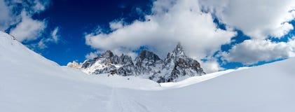 Szeroka zimy panorama śnieżne góry zdjęcie royalty free