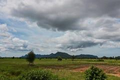 Szeroki anioła strzał piękna zielona góra i dramatyczna obłoczna niebo sceneria Obraz Stock