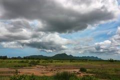 Szeroki anioła strzał piękna zielona góra i dramatyczna obłoczna niebo sceneria Fotografia Stock