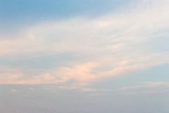 Szeroki błękitny Chmurny niebo przy zmierzchem Zdjęcia Stock