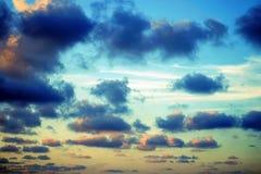 Szeroki chmury niebo i niebieskie niebo Niebieskie niebo i chmury dla tła, słońce promienie pęka przez chmur Obrazy Stock