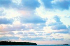 Szeroki chmury niebo i niebieskie niebo Niebieskie niebo i chmury dla tła, słońce promienie pęka przez chmur Obraz Stock