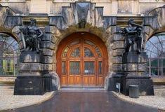 Szeroki drewniany drzwi obramiający statuami Fotografia Stock