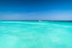 Szeroki i Błękitny ocean, Piękna błękitne wody powierzchnia przy otwartym morzem Obrazy Stock
