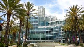 Szeroki kąt Anaheim convention center z pięknymi palmami zdjęcie stock