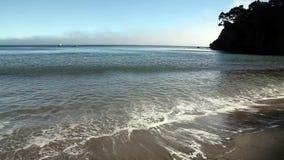 Szeroki kąt Macha przybycie Na Plażowym Gualala Kalifornia zbiory wideo