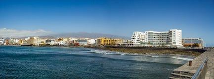 Szeroki kąt panoramy widok powulkaniczna plaża w kierunku hoteli/lów w kurorcie restauracje i tarasy, w artystycznej wiosce El fotografia stock