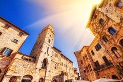 21 04 2017 - Szeroki kąt strzelał piazza Della Cisterna w San Gimignano, światowego dziedzictwa miejsce w Tuscany Zdjęcie Royalty Free