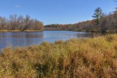 Szeroki kąta krajobraz szeroki St Croix Rzeczny oddziela Wisconsin i Minnestoa - słoneczny dzień z pięknymi niebieskimi niebami zdjęcie stock