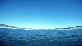 Szeroki kąta POV żeglowanie Przez Otwartą wodę na jeziorze zdjęcie wideo