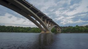 Szeroki kąta strzał jezioro St/Marshall Ave Bridżowy Złączony Minneapolis i St Paul nad rzeką mississippi na lato wigilii zdjęcie wideo
