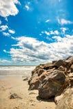Szeroki kąta strzał plaża z rockową pachwiną pięknym niebem i obrazy royalty free