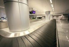 Szeroki kąta strzał pusty bagażu żądanie przy lotniskowym terminal fotografia stock