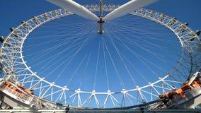 Szeroki kąta widok Londyński oko z błękita jasnego niebem behind zbiory wideo