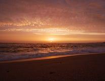 Szeroki kąta widok nad plażą przy zmierzchem w Portugalia z pięknymi chmurami obrazy royalty free