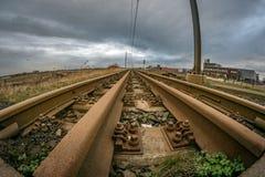 Szeroki kąta widok ośniedziała linia kolejowa prowadzi w odległość obraz stock