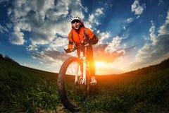 Szeroki kąta portret przeciw niebieskiemu niebu halny rowerzysty cyklista Fotografia Stock