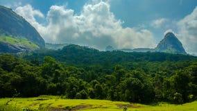 Szeroki krajobraz z górami i drzewami w India obrazy royalty free