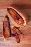 Szeroki liścia mahoniu ziarno na drewno stole Fotografia Royalty Free