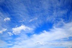 Szeroki niebieskie niebo z chmurami Obrazy Royalty Free